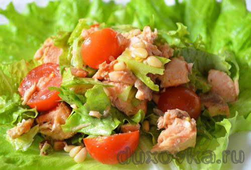 Салат с семгой и кедровыми орешками