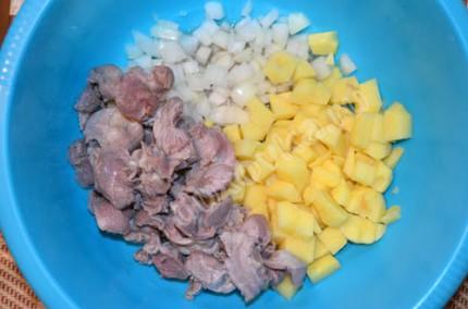 Куриные желудки с картофелем в горшочках