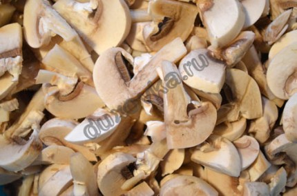 Фото: Шаг 1: нарезать грибы