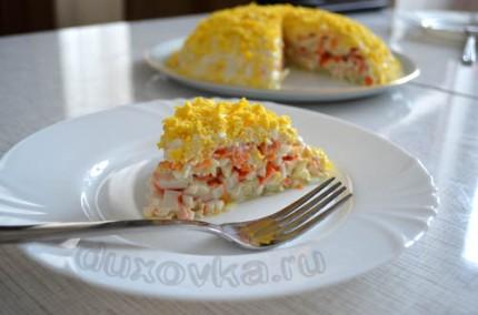 Фото: Слоеный салат с крабовыми палочками