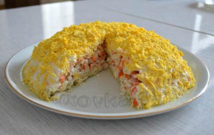 Фото: Слоеный салат с крабовыми палочками готов