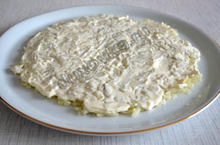 Фото: Шаг 3: смазать картофельный слой майонезом