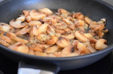 Фото: Шаг 4: выложить грибы к луку