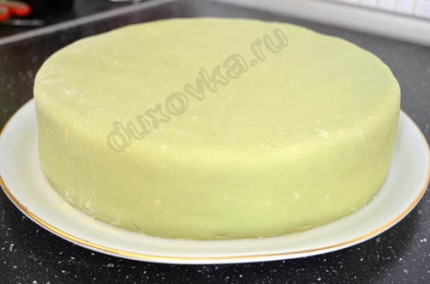 Фото: Шаг 10: Раскатать окрашенный марципан на столе, посыпанном сахарной пудрой, неплотно наматать пласт марципана на скалку и покрыть им торт