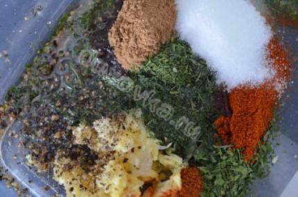 Фото: Шаг 1: Соединить все специи, добавить чеснок, масло и соль