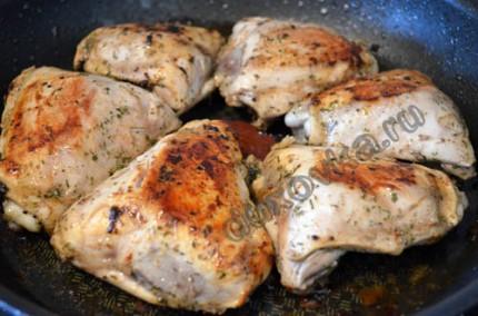 Фото: Шаг 5: Обжарить курочку сначала на большом огне до золотистой корочки, а затем готовить 15 минут под закрытой крышкой