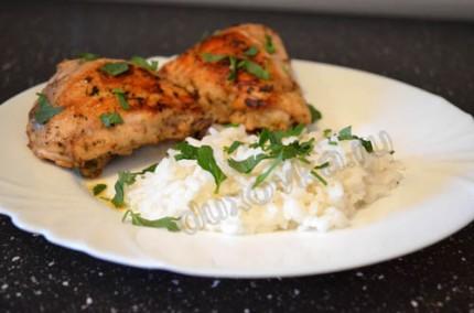 Фото: Шаг 6: Подавать курицу к столу с гарниром, украсив зеленью