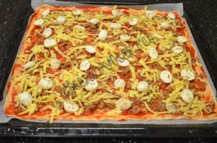 Фото: Шаг 3: Раскатать тесто в тонкий пласт, смазать томатным соусом, выложить начинку и посыпать сыром
