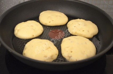 Фото: Шаг 4: В сковороде разогреть масло и выложить оладьи с помощью большой ложки