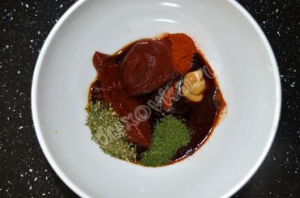Фото: Шаг 2: Для маринада соединить соевый соус, томатную пасту, горчицу, паприку, красный острый перец и сушеную зелень