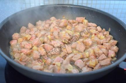 Фото: Шаг 4: Обжарить мясо сначала на большом огне до побеления, затем огонь убавить и тушить мясо под закрытой крышкой до готовности