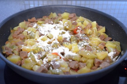 Фото: Шаг 6: За 5 минут до готовности мяса, добавить в сковороду ананасы и крахмал