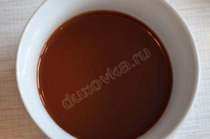Фото: Шаг 7: Соединить сироп от ананасов, соевый соус, томатную пасту и уксус для соуса