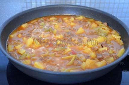 Фото: Шаг 8: Влить соус в сковороду, добавить имбирь и тушить мясо еще 5 минут