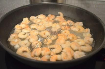 Фото: Шаг 2: Обжарить креветки на чесночном масле