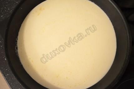 Фото: Шаг 3: Креветки выложить на тарелку, в сковороду влить сливки и довести до кипения