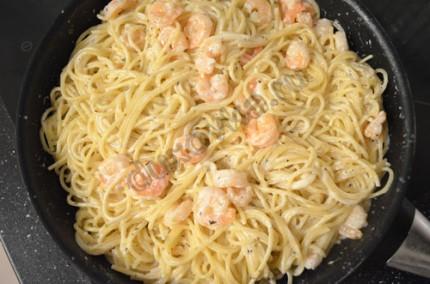 Фото: Шаг 6: Соединить спагетти и соус, перемешать, при подаче посыпать тертым пармезаном