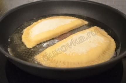 Фото: Шаг 8: Обжарить чебуреки на среднем огне с двух сторон в большом количестве масла