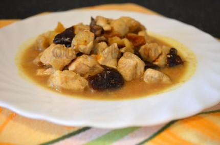 Фото: Шаг 9: Подавать курицу с черносливом и курагой горячей с любым гарниром на Ваш выбор