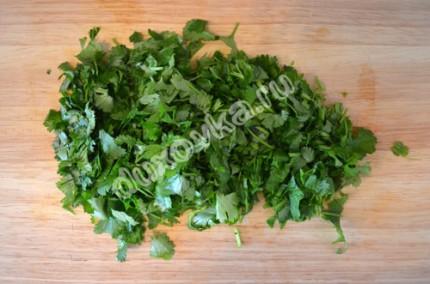 Фото: Шаг 5: Мелко порубить зелень