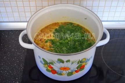Фото: Шаг 7: Посолить, поперчить суп и добавить свежую зелень